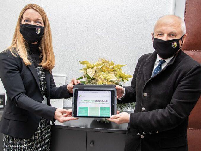 Bürgermeisterin Bettina Weist und Erster Beigeordneter Rainer Weichelt zeigen die neue Website der Gladbecker Erklärung