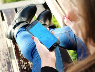 """Gladbeck: Junge Menschen haben die höchsten Handyschulden Junge Menschen zwischen 20 und 35 Jahren haben die höchsten Schulden bei Telekommunikationsunternehmen. Ein Grund dafür: Smartphones werden überwiegend über einen Zweijahresvertrag finanziert und nicht sofort komplett bezahlt. Das geplante """"Gesetz für faire Verbraucherverträge"""" könnte für diese Bündelverträge in ihrer bisherigen Form das Aus bedeuten. Kosten für Gerät und Tarif werden nicht separiert"""