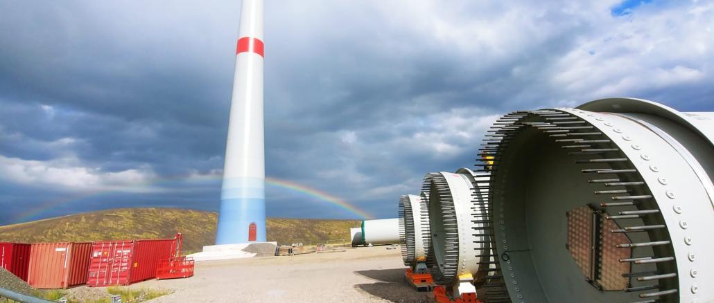 Windradflügel vor dem Regenbogen