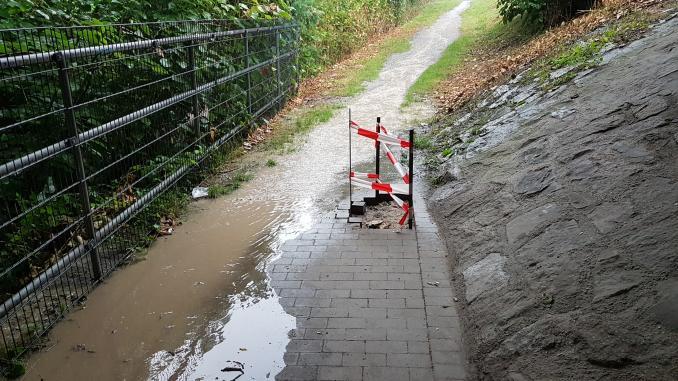 Überschwemmter Rad-/Fußweg