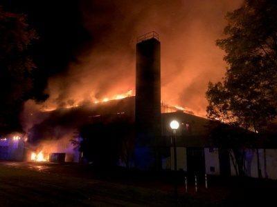 Nächtliche Brandstelle der Mehrfachsporthalle