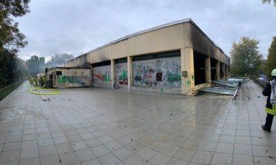 Die Sporthalle nach dem Brand bei Tageslicht